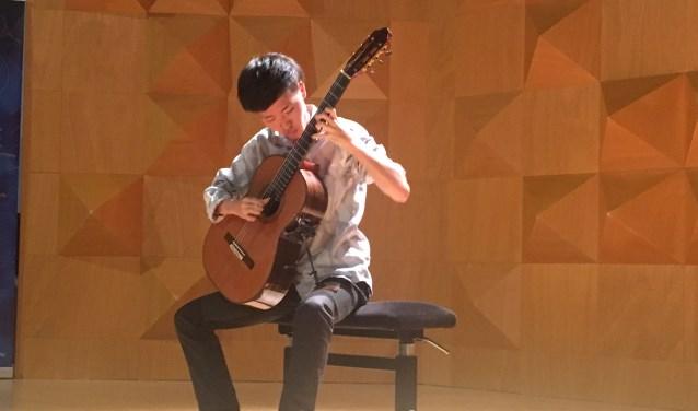 De in Weimar studerende Yuki Saito heeft de Kaj's Guitarstore Competition op het Twents Gitaarfestival gewonnen.