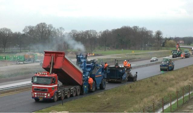 Asfalteren van de N18 bij de Hagmolenbeek - Boekelo.