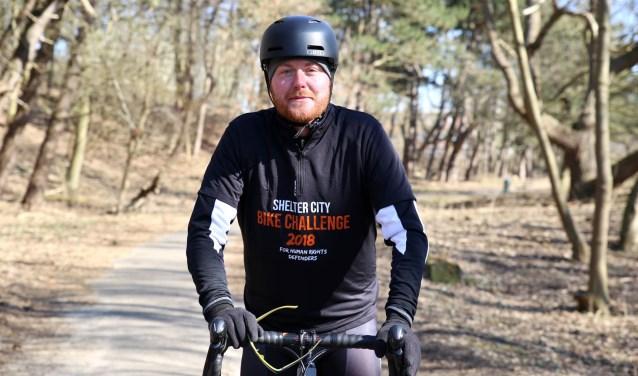 Sebastiaan van der Zwaan fietst door heel Nederland om de veiligheid te verbeteren van internationale mensenrechtenactivisten die vanwege hun werk grote risico's lopen.  Foto: PR