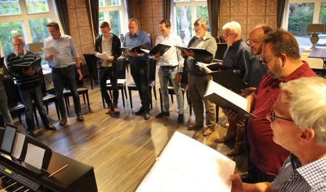 """""""Het is erg mooi om te zien hoe intensief de mannen bezig zijn geweest met de muziek,"""" aldus initiator Gert-Jan Kamans."""