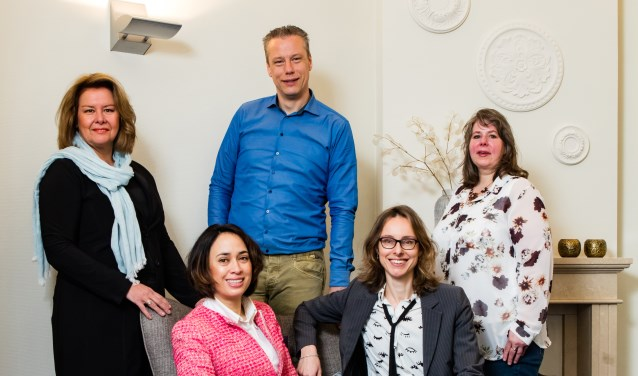 Team SchoeBroek advocaten & mediators v.l.n.r. staand: Heidy Hekkelman, Matthijs Knobben, Erica uit den Boogaard. Zittend Christa Schoemaker (links), rechts Marian Ellenbroek (rechts).