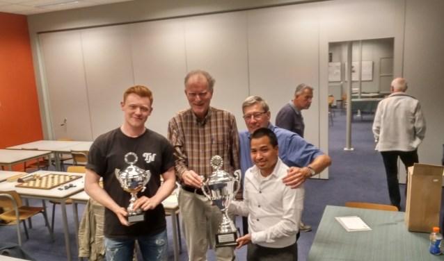 Jan Groenendijk (links) en Matthias de Kruijf (vooraan), Wouter van Beek (links) en Fred Ivens achteraan bejubelen de bekerwinst. (foto: Gerhard Gerritsen)