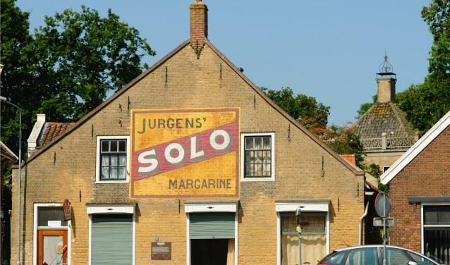 De Soloreclame op de vroegere dorpswinkel van Cor van Dixhoorn werd in 2007 in ere hersteld.