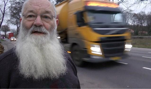 """Volgens de gemeente zou het voor Harry Tijhuis, diein Hupselwoont, rustiger worden met de nieuwe weg. Maar het werd juist drukker. En er ligt meer asfalt voor z'n huis. De oude N18, de nieuwe N18, een bedieningsweg, een fietspad.  """"Zelfs in het westen van het land zouden ze opkijken van zoveel asfalt!"""""""