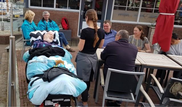 De familie van Gerard Rietveld en twee medewerkers van Stichting Ambulance Wens in Vlissingen. Bij de Sluis werd genoten van de koffie.