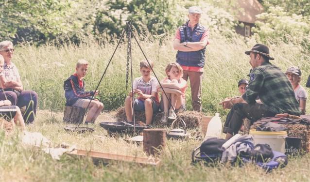 Bushcrafter Björn Gerrits verzorgt een workshop in het veld. (foto Kristel Beelen, Mooi & Mooi fotografie).