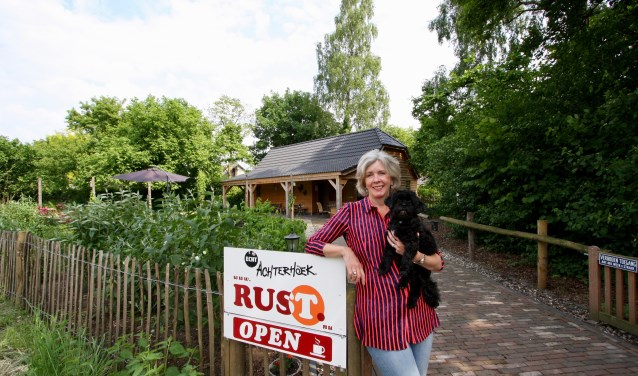 Onderaan de vlinderbrug kunnen fietsers en wandelaars bij Sonja Hoex in de Vlindertuin even op adem komen.
