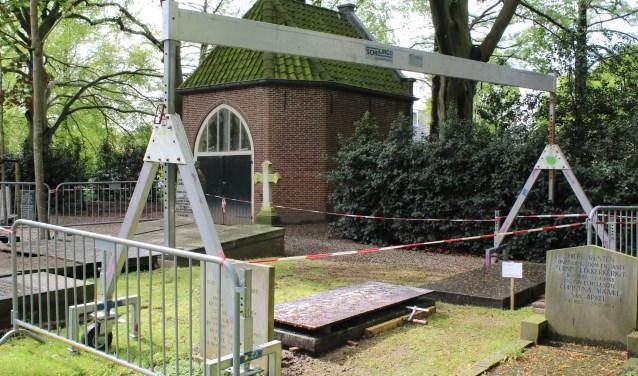 De begraafplaats ziet er met de liften voor de grafstenen wat vreemd uit. (Foto: Lysette Verwegen)