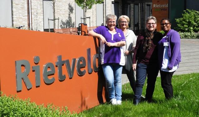 """V.l.n.r: Liesbeth Zandinga, Anneke Vermeent, Greet van Rijn, Marlene Lantveld. Liesbeth: """"Door het negatieve beeld is er minder belangstelling om te werken in de zorg, en dat is zonde."""" FOTO: Hans Willering"""