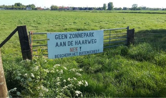 Door middel van een bord laten de omwonenden weten tegen de aanleg van het zonnepark aan de Haarweg te zijn.