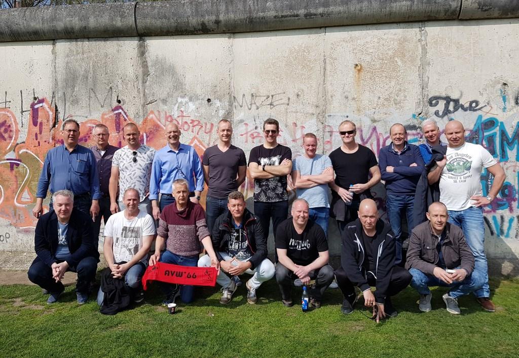 Het 45+-team van AVW'66 bij de restanten van de Berlijnse Muur.