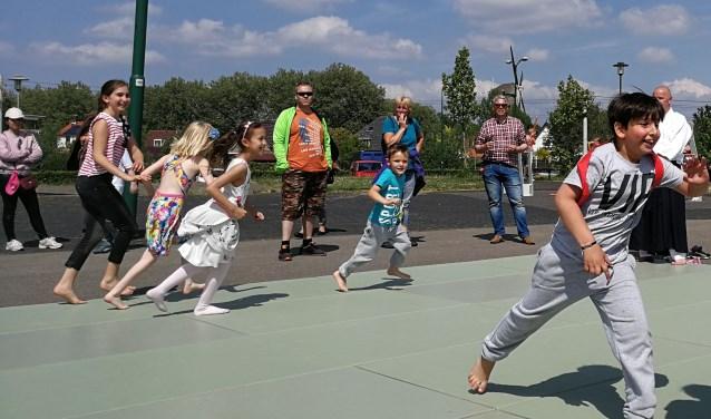 De kinderen leefden zich uit tijdens de sport- en spelmiddag van Vitaal IJsselstein. (Foto: Welmoed Osinga)