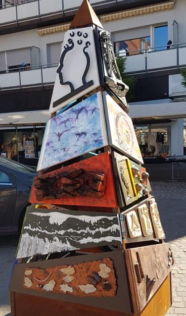 Een bijzonder kunstwerk dat tijdens Moment voor Kunst in Haarlo te zien zal zijn is de pyralisk. Een stalen obeliskvormige stellage, waaraan 40 kunstuitingen bevestigd zijn.