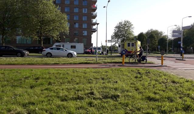 De rotonde was na het ongeval enkele uren afgesloten. (foto: Nanda van Heteren)