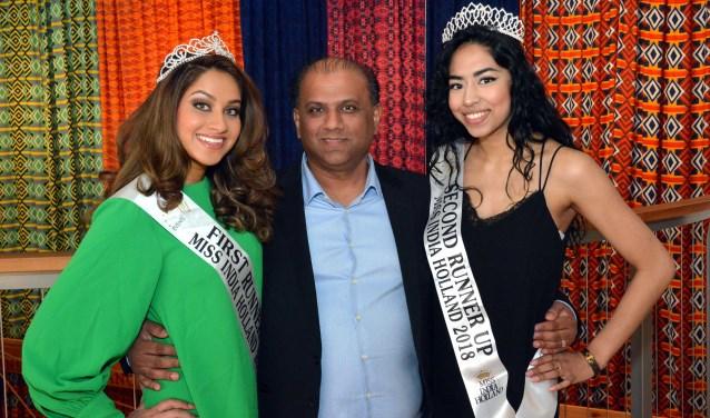 Aradhana Mohan (L) en Kirtan Lalbiharie(R) gaan graag samen op de foto met Aniel Kieno, organisator van Miss India Holland.