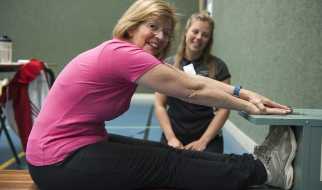 De deelnemers aan de fittest in het kader van het GALM-project doen mee aan verschillende onderzoeken. In sporthal De Bongerd in Bemmel worden onder meer de lenigheid en conditie onder de loep genomen. (foto: Ellen Koelewijn)