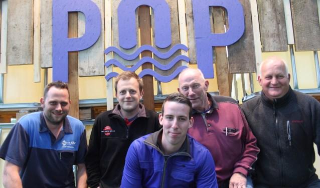 Ron, Bram, Geert en Albert, op de voorgrond Bram v.d. Elzen, zijn doende met het op poten zetten van Weteringpop. De heren maken alles zelf tot aan de frietwagen. Foto: Wendy van Lijssel