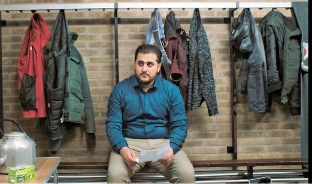 In de kleedkamer van VV Bennekom wacht Tarek gespannen op het vriendenteam  om hen te vragen of hij voortaan mee mag voetballen. Zijn verhaal heeft hij uitgeschreven op een papiertje (foto: Pickwick)