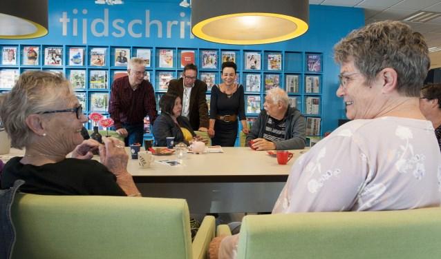 Ontmoeten in Elst. Zo heet het project in de bibliotheek aan het Europaplein. Mensen die behoefte hebben aan een praatje kunnen er terecht. Het project is opgezet om eenzaamheid onder ouderen tegen te gaan en voorziet in een behoefte. (foto: Ellen Koelewijn)