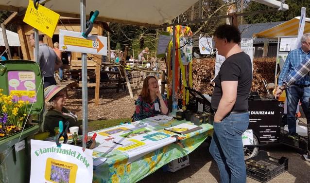 Hanny Deij en Laurence Duquesnoy brachten als initiatiefnemers van het project hun idee tijdens het lentetijdfestival met enthousiasme onder de aandacht van het publiek.