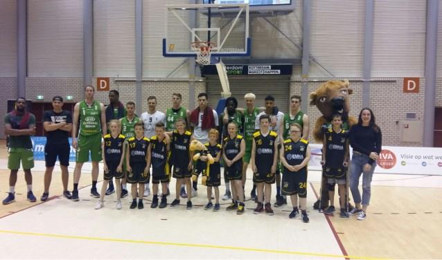 De afloop van de wedstrijd mochten de spelers van Flax Field Fighters op de foto met het team van Forward Lease Rotterdam.