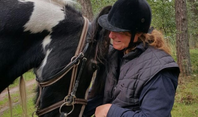 """Tijdens HorsEscape moeten ruiters een team vormen met hun paard, volgens Monique Mol. """"Dressuur rijden of springen is knap, maar buiten rijden vraagt ook ervaring."""""""