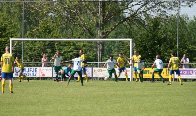 Het begin was explosief. Binnen tien minuten stond Aarlanderveen al met 2-0 achter. FOTO: Ed Nagtegaal