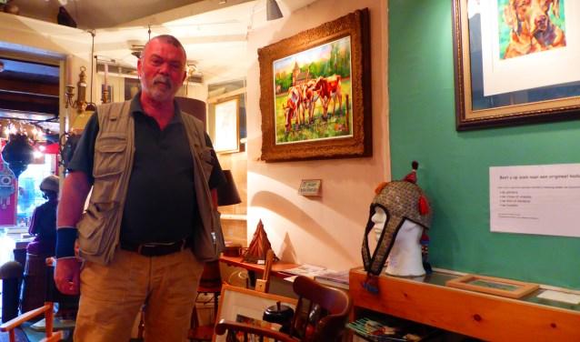 Frans Brandsen in 'zijn' galerie Voor de Bakker. Het oude prieeltje is al meer dan 70 jaar oud en gebruikt op de eerste Sonsbeek-tentoonstelling van 1949. (foto: Marnix ten Brinke)