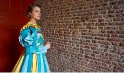 Model Manon Franken in een kostuum van de Bonte Stoet die zaterdag 19 mei door Zierikzee trekt.