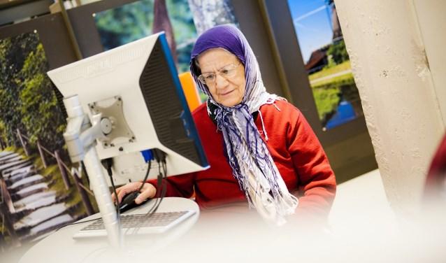 Een oudere dame volgde de cursus al met succes. (foto: BiblioPlus)