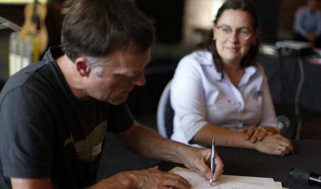 Paul Bastiaanse uit Zundert tekent in Lichtenvoorde de oprichtingsakte voor de Corsokoepel.