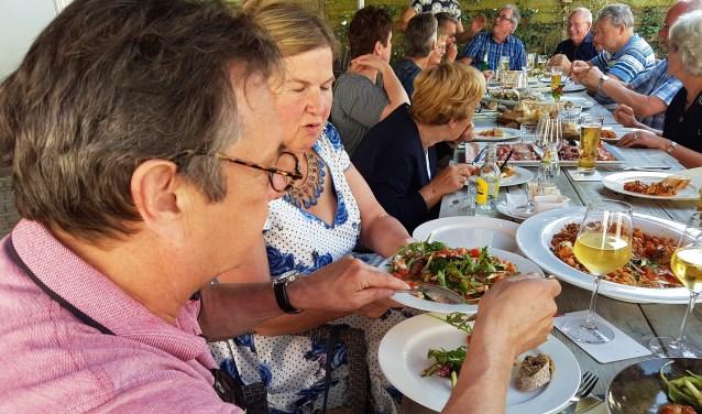 De vrijwilligers van De Minkhof genieten van een heerlijke lunch