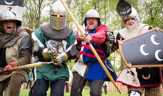 Het grote riddergevecht is onderdeel van het Middeleeuws Festijn op Cannenburch. (foto: Keshia Fotografie)