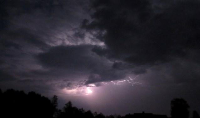 """Tonny Morsink fotografeerde de lichtshow. """"Veel verticale bliksems, dus van wolk tot wolk. Ik noem het schemerlampenonweer. Niet gevaarlijk maar wel mooi de mogelijkheid om onweer vast te leggen."""""""