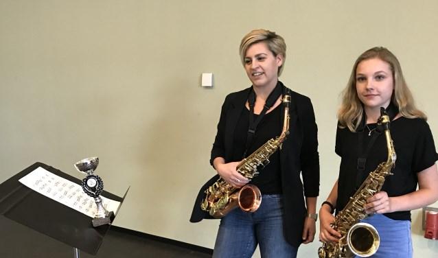 Merel Abudah (rechts) en haar saxofoonlerares Josien van Wegberg. (foto: Tom Oosthout)