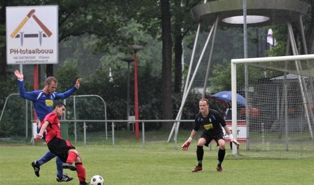 Ayoub Bakkali kapt en draait tot de verdediging van RKDVC bijna dol is. De talentvolle aanvaller van Vlijmense Boys krijgt de bal er toch niet in. De derby blijft op 0-0 steken. Foto: Wout Pluijmert