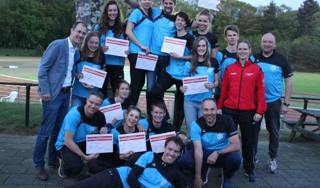 Wethouder Sander Jansen reikte trainersdiploma's uit aan 17 cursisten van Atletiekvereniging Fit. FOTO: Rutger van den Hoofdakker