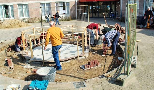 Er wordt door leerlingen van het Kempenhorst College, onder toeziend oog van oud-docent Gerrit Peeters en leden van Den Beerschen Aard, hard gewerkt aan de replica van oliemeulen 'De Vlaest' bij huize Vestakker.