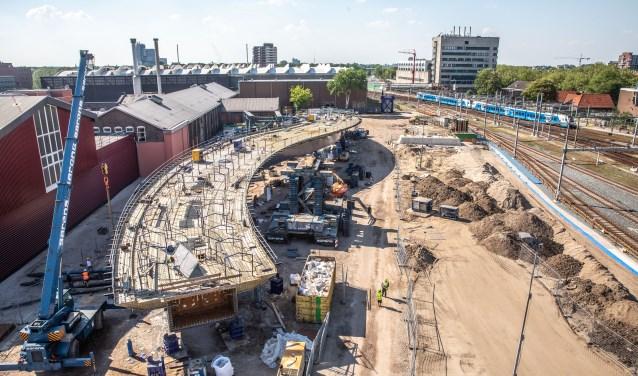 De busbrug ligt nu nog naast het spoor, dit weekend wordt hij over de sporen 'gereden'. De brugdelen komen uit België en zijn op het bouwterrein op Hanzeland aan elkaar gelast. (foto: Frans Paalman)