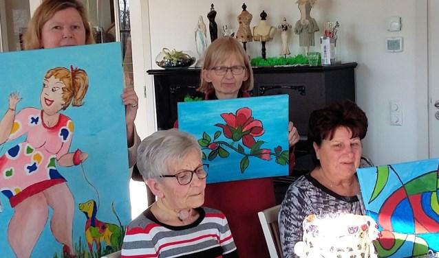 Een aantal deelnemers van de dagbesteding van Zorghoeve Kakelbont in Dinteloord dat werken exposeert in de Steenbergse Kleine Kerkstraat.