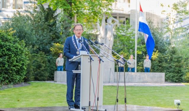 Burgemeester J.J.L.M. Janssen, tijdens de Dodenherdenking in Walkartpark FOTO: Mel Boas