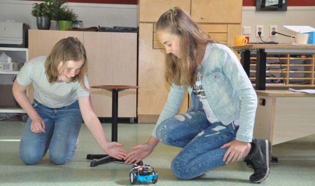 Twee leerlingen van groep 8 hebben hun autootje al aardig onder controle. FOTO: Julie Houben