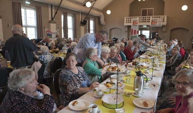 Marcarons, wraps, gebak, soesjes, saucijzenbroodjes. De huurders van Woonstichting Gendt smullen ervan. De woonstichting bestaat vijftig jaar en trakteert. In Providentia is een high tea. (foto: Ellen Koelewijn)