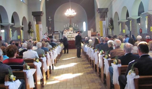 De Sint Martinuskerk in Velddriel bestaat dit jaar 65 jaar. Dat werd gevierd op zondag 6 mei. Foto: Truus Peters