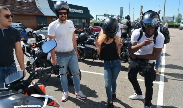 Gezien tijdens de motormeeting bij de MacDonald's in Veenendaal: even gek doen kort voor het vertrek. (Foto's: Pieter Vane)