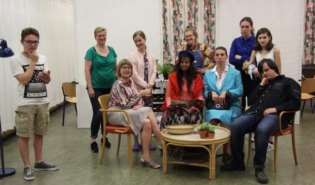 De cast van Een koud kunstje. Een jonge groep toneelspelers die vol enthousiasme aan deze productie werkt. Foto: Jan Hermens