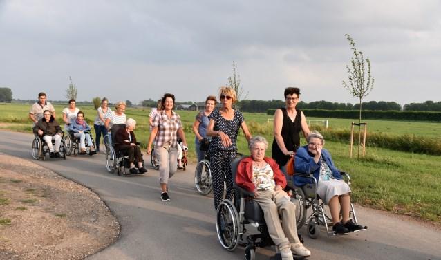 De rolstoelers leggen een afstand van circa 2,5 kilometer af en kruisen gedurende enkele momenten op de twee avonden met andere lopers.
