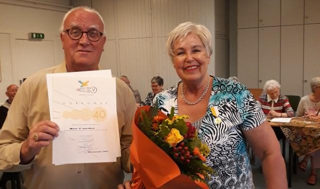 Jubilaris Tonny van Oort en haar man, eveneens lid van het Moeder Godskoor, die de speld mocht uitreiken.