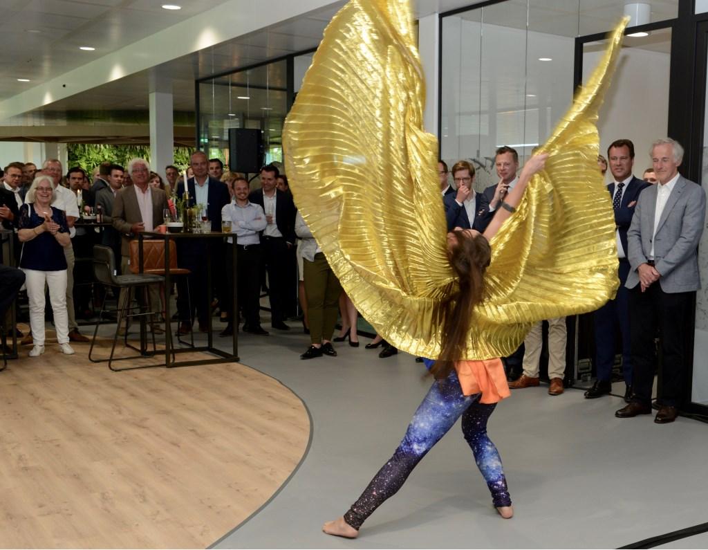 De danseres die op spectaculaire wijze een symbolische sleutel kwam overhandigen.     (foto's en tekst Cees Hoogteyling) Foto: Cees Hoogteyling © Persgroep
