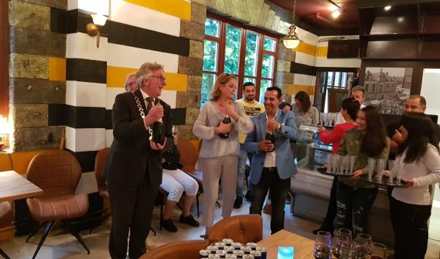 Burgemeester Geert van Rumund, Yvette van Hasselt en Basem Aljaramani proosten op de opening van Soek Damascus.